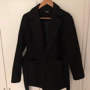 Säljer min fantastiskt fina kappa från Bubbleroom x Moa Mattsson pga att den tyvärr blivit för liten. Storlek 38, men mer som en S. Går att ha både med och utan midjebandet. Knappt använd så i nyskick.