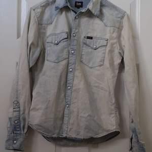 Super fin tunn jeans jacka från Lee!😍 Jätte fin ljust jeans material och trendig :) Storlek S men passar XS jättebra också😻 Säljer pga att jag ej har använt den så mycket så den är väldigt sparsamt använd. Skulle säga 2/3 ggr. Men den har jätte fin vintage style och är som ny☺️🙌😫