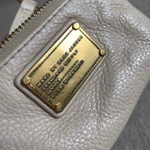 Liten beige plånbok/nyckelhållare från Marc Jacobs.