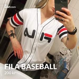 Cool baseball-shirt från Fila. Sparsamt använd
