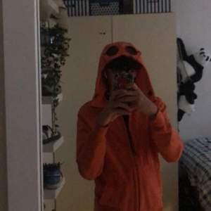 Cp company zip up hoodie i fräsch orange färg, nästan aldrig använd. Storlek M, köp på nk i Göteborg för 2400kr