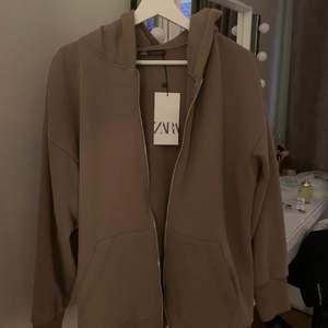 Zara hoodie, helt ny endast provat och helt slut såld. Använder den inte pågrund av att den inte är min stil. är i storlek S men den är ganska overzize så skulle passa en M lika bra💖💗 Om det blir många intresserade så blir det bud annars skriv till mig privat om intresserad // VILL FÅ SÅLT SÅ SÄLJER FÖR 200