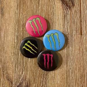 Pins 10:- styck, finns fler av varje pin. Gör även custom made pins 💖 Frakten blir alltid 12:- oavsett antalet. Kika på fler pin designs på profilen ✨