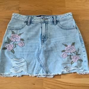 Säljer min gamla jeans kjol från Hollister i stoleken W26, skulle säga att det är likt XS/S. Super söt till sommaren. Den är i bra skick, har ej använt så mycket.