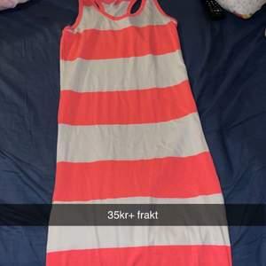 Helt ny långklänning i storlek L men liten i storleken 35kr+ frakt