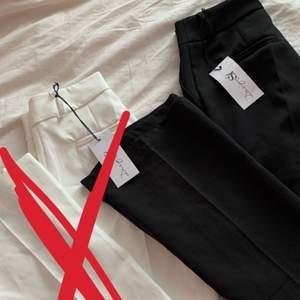 Säljer dessa 2 kostym byxorna i färgen vit och svart från Design by si som tyvärr va för små för mig. Lappen finns tillomed kvar! ✨ 300 kr för ett par✨