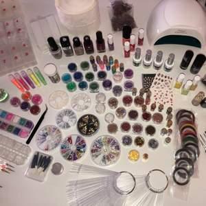 Säljer en stor uppsättning nagelgrejer med glitter, stenar, tippar, lim, penslar, nagellack, eldriven nagelfil, drills, UV-lampa, sliphuvuden, gelé etc. Alltingen säljes TILLSAMMANS - inget säljs separat! Vill man köpa så är det allt eller inget isåfall.
