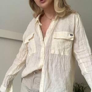 Säljer pappas gamla retro ljusgula linneskjorta. Använd ca 3 gånger. Fint linnematerial i en ljusgul nästan vit färg. Köparen står för frakten. Tar enbart emot swish. Skriv för för fler bilder.