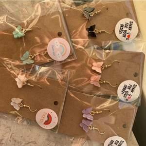 Så otroligt fina örhängen!! De är såklart NICKELFRIA!! De färger som finns är rosa, lila, vit, blå och svart💕💕 frakt tillkommer på 12kr💕