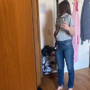 Säljer dessa bohoo jeans då de var för små för mig som är 167. Pris lappen sitter kvar och de är helt oanvända förutom på bilden då. Som detalj har byxorna slitsar där nere. Köpes för 499 kr. Går att pruta på priset. Vid mer information eller intresse kontakta mig❤️