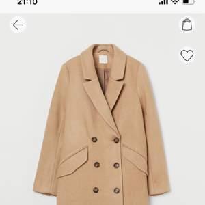 Säljer denna lite längre kappa. Lite tjockare i materialet och bara använd en gång så i nyskick🥰 köpt för 599, mitt pris 350