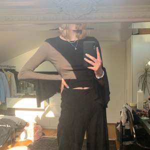 Söt tröja med vida armar som tyvärr inte kommer till användning. Priset är inklusive frakt. Skriv om du undrar något eller vill ha mer bilder🦓💘💖😋⭐️