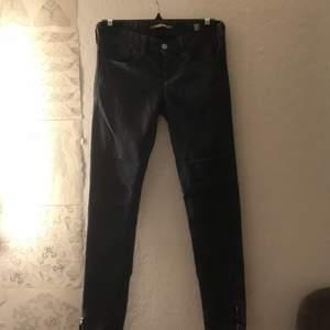 ett par mörkblåa lowrise jeans från märket RARE , sjukt fina och i ett stretchiga och bekvämt material. De är i storlek 25 samt har de en dragkedje detalj på slutet av benen :) riktigt fräna. Skriv vid frågor !!