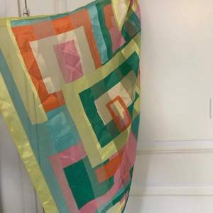 Sjal från H&M i retro stuk, super till att göra outfits något roligare!! Med ett mindre hål på baksidan intill lappen (se bild)