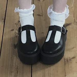 Mary janes liknande skor med platå/ platform. Älskar dem men dem kommer inte till användnkng och har haft dem snart ett år. Super fina och sköna. Strl 40 men kan passa en 41 också. Ditt bud+ frakten.
