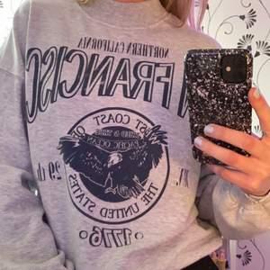 säljer denna coola sweatshirten från chiquelle då den tyvärr inte kommer till användning!