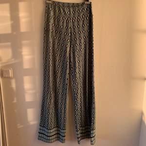 Super sköna och coola byxor! Köpta på second hand, men är i ett bra skick! De är långa på mig som är 172cm! Vet inte vilken storlek de är, men förmodligen M-L🥰❤️ Frakt står köparen för, frakten till kommer❣️