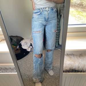 Supersnygga ljusblå slitna 90's jeans i fint skick! Jag är 1,63cm lång och storleken är normal!🤍