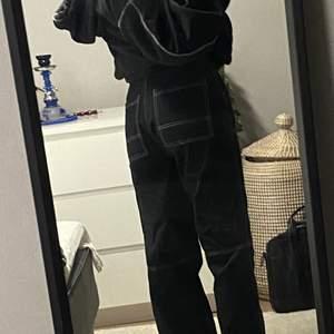 svarta jeans med vita sömmar från junkyard! köpare står för frakt 💞