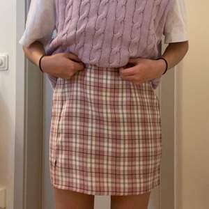 Rutig kjol från Shein, storlek 36/S. Den är lite stor runt midjan men kan lätt fixas med ett snyggt skärp.