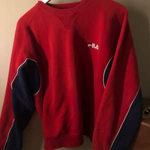 Röd och marinblå sweatshirt från fila. Vintage, köpt här på plick. Säljer pga att jag känner att jag inte riktigt passar i rött. Står XS i tröjan men passar mig som har S, superskick!