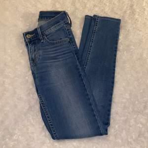 Tighta lågmidjade jeans från Levis i storlek W.24 ❤️ 710 Super Skinny 👖 Supersköna och stretchiga! Jeansen är i mycket fint skick och är sparsamt använda, säljer då jag inte kan ha dem längre. Samfraktar gärna med andra plagg och betalning sker via Swish <33
