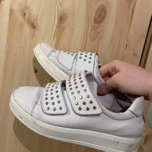 Ett pad sjukt snygga sneakers från K.Cobler som tyvärr inte kommer till användning längre. I använt skick & frakt tillkommer 🤩✨🤍