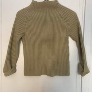 Lite tjockare beige tröja i bra skick! Den har trekvartsärmar och polokrage. Storlek M men passar även S. 💘
