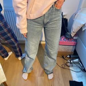 Säljer ett par vida blå jeans som jag blekt som en fade från slutet av benen.det är stl 25w 32L passar mig som är 165/166cm. Startar bud från 200kr💕💕💕Hör av er vid intresse!
