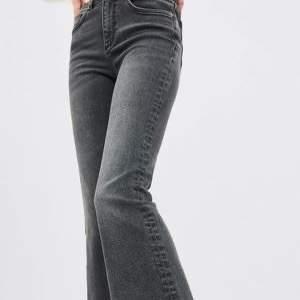 Säljer dessa byxor från zara! Dom är såå fina, och sitter helt perfekt! Buda från 150:- & frakten står du för som köper