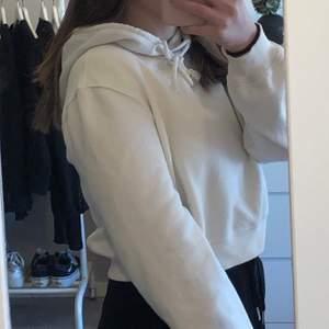 Säljer min vita hoodie från Nelly.com som tyvärr inte kommer till andvändning. Den är i storlek XS men är läng i armarna för mig som brukar ha XS! Säljer den för 80kr, kan frakta eller mötas upp i gbg💜
