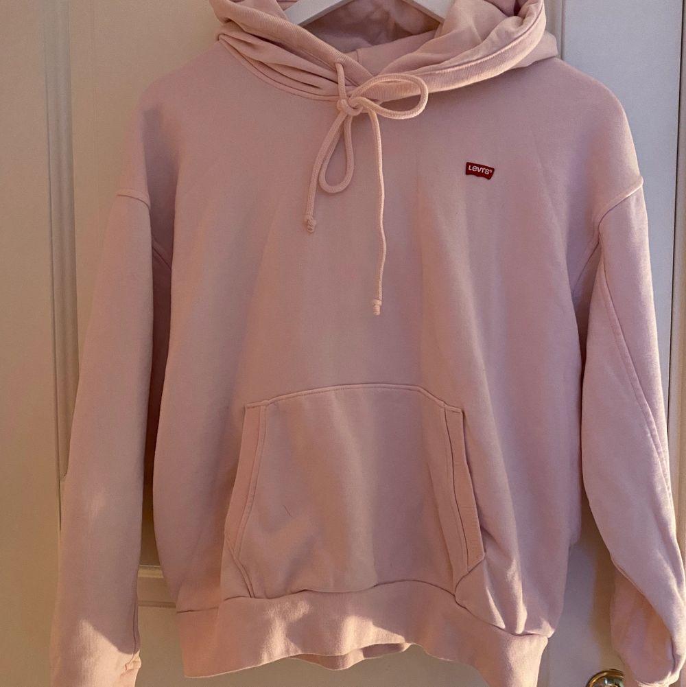 En ljusrosa Levis hoodie knappt använd jätte fin storlek XS men är lite stor i storleken (står ej för frakten)💕 köptes för 700kr . Huvtröjor & Träningströjor.