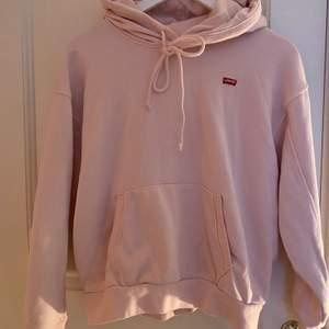 En ljusrosa Levis hoodie knappt använd jätte fin storlek XS men är lite stor i storleken (står ej för frakten)💕 köptes för 700kr