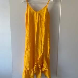 Gul klänning i tunnare material så jag har använt det som en strandklänning. I bra skick, frakt tillkommer.