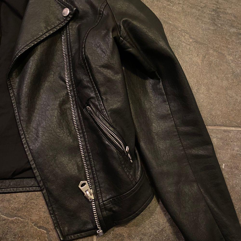 Skinnjacka i storlek xs - men jag som har M i kläder kan även använda den, men då sitter den lite tajtare. Två fickor framtill och knapparna vid kragen går att knäppa upp. Säljer just nu för 250 + frakt, men såklart kan priset diskuteras☺️💓💓. Jackor.