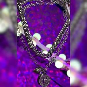 Superfint dubbel-chained halsband från Guess, köpt i USA. Säljs pga att jag personligen inte använder den.☺️💓