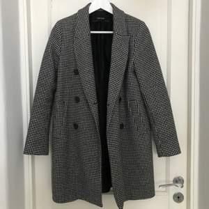 Rutig kappa från zara i storlek XS. Tidigare använd som vinter kappa, funkar perfekt till våren och hösten också!