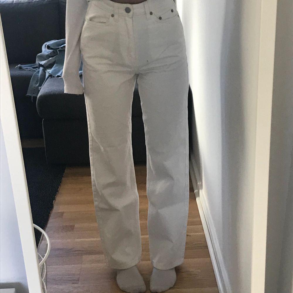 Vita weekday row jeans, bokstavligen använda 1 gång förra året, säljer pga någon annan gör säkert dessa rättvisa och använder dom mer än mig!. Jeans & Byxor.
