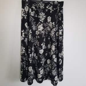 Sååå söt kjol som aldrig kommer till användning längre:(  har satt in ett snöre så man kan välja själv hur tajt den ska sitta i midjan! Alltså passar den allt från XS-XL:)