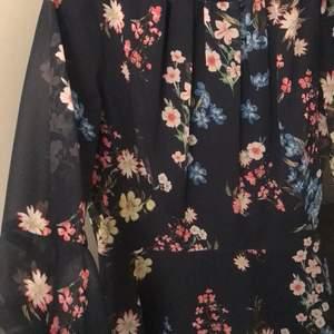 Väldigt fin kort blommig blå klänning i väldigt bra skick. Köpt från Zalando för 400kr och har endast haft den på mig en gång.