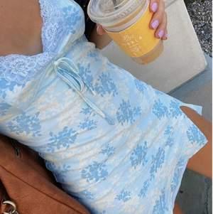 Supergullig mini dress med blåa detaljer! Första bilden lånad. Passar till allt och detaljerna är magiska! Storlek S men passar absolut XS-M pga stretchigt material. Buda från 120kr, minst 10kr mellan varje bud!!! Köp direkt för 320kr❤️köpare står för frakt 48kr