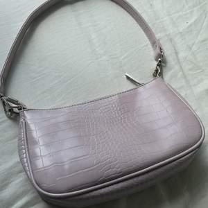 En pastell lila väska från gina tricot. Original pris är 300, jag säljer för 150 pga små skador.