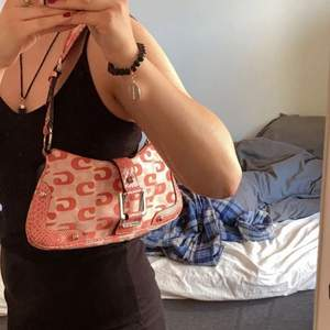 Säljer denna väska pga inte min stil, köpt second hand så därav kan jag ej garantera att den är äkta! Skriv vid minsta intresse eller för fler bilder osv💘