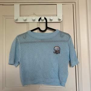 Blå mesh t-shirt, stl XS. Knappt använd. Köparen står för frakten, (40kr).
