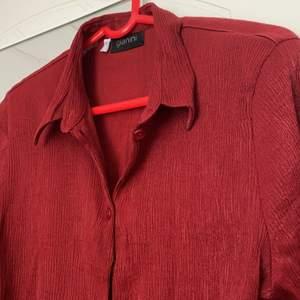 Jag säljer denna mörkröda vintage-blus köpt på second hand! Den har ett stretchigt material som gör att den passar olika kroppsformer.