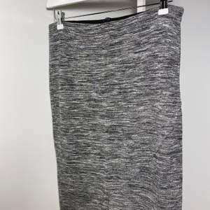 Superskön mjuk svartgrå svartgrå melerad kjol