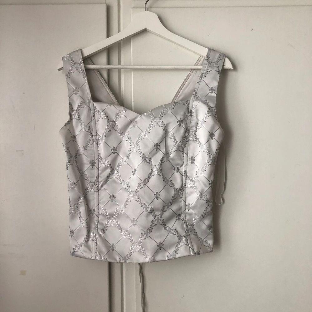 Asnajs tröja med knytning där bak som tyvärr är för stor. Impulsköp deluxe, trodde jag på nåt sätt skulle kunna styla den men måste inse att den är för stor. Markerad stl 14 . Toppar.