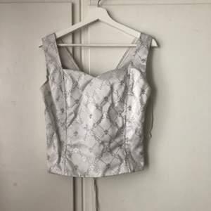 Asnajs tröja med knytning där bak som tyvärr är för stor. Impulsköp deluxe, trodde jag på nåt sätt skulle kunna styla den men måste inse att den är för stor. Markerad stl 14