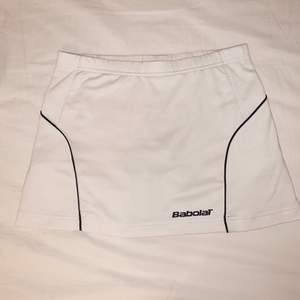 Så fin tennis/Padel kjol från Babolat! Har undershorts med bollfickor vilket är så bra!  Storlek 164/170 cm men skulle säga passar en xs/s