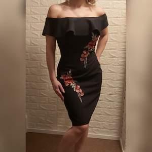 Jätte fin och snygg  , jättebra kvalitet , använt en gång,  svart med blommor,  passar påsk,  midsommar,  fest , passar S/M